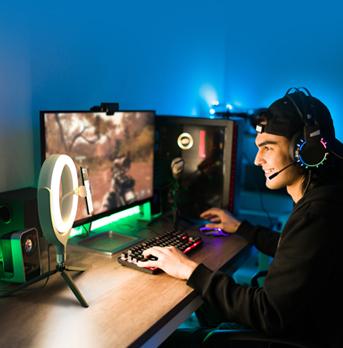 Homem fazendo transmissão de jogo de computador